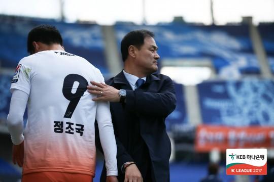 """'서울 격침' 최윤겸 감독, """"강한 정신력으로 거함 서울 잡았다"""""""