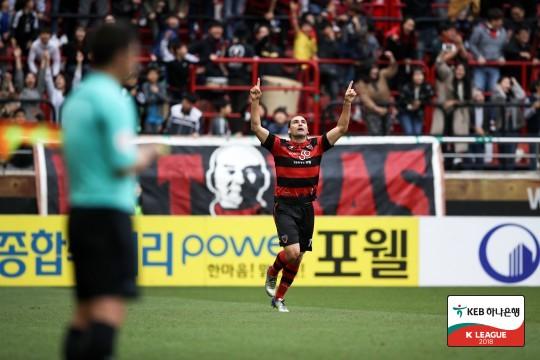 '레오가말류 동점골' 포항, '데얀 골' 수원과 1-1 무승부